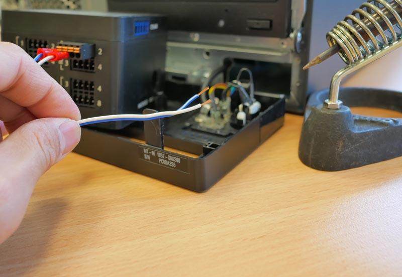 電源ボタンの裏側のケーブルをCF Miniのリレーポートと接続!!