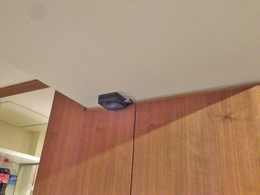 通常ボードアンカーなどで天井の目立たない所に固定します。