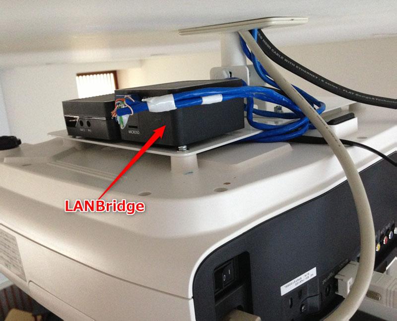シアタールームの設置例。プロジェクターの上に載せたらAVラックの中のケーブルスッキリ!!