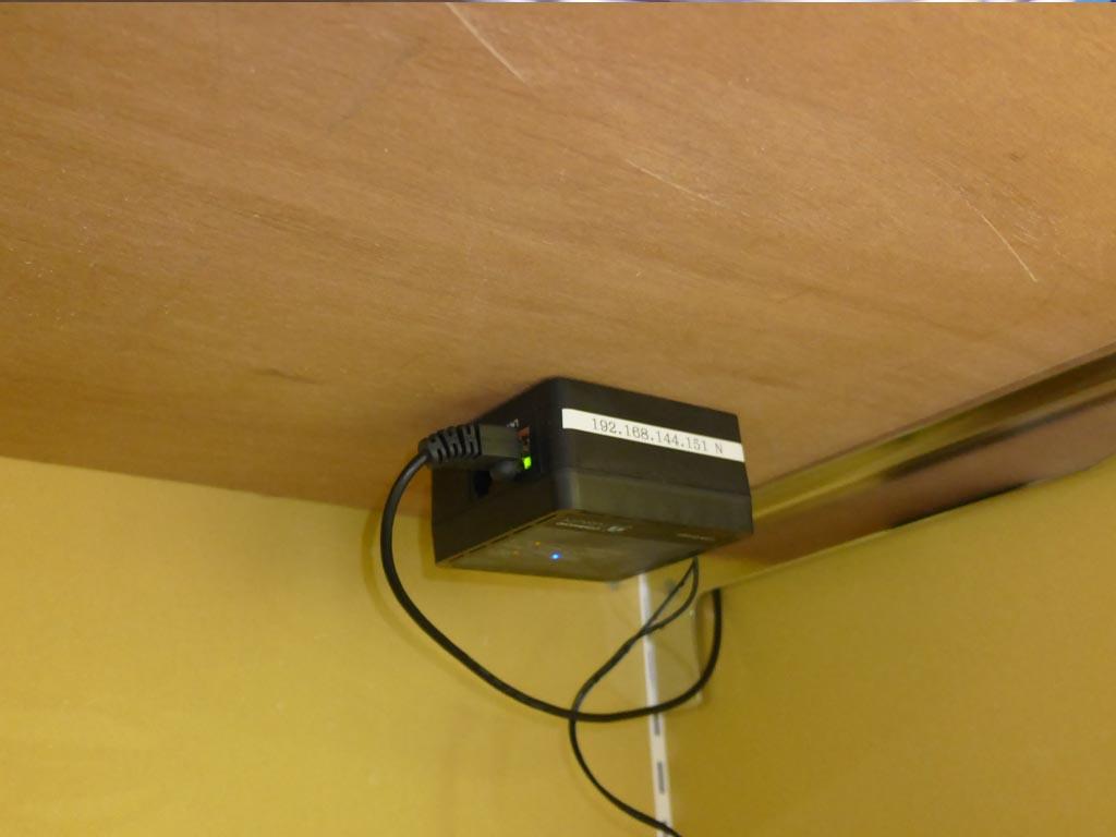 写真は某アパレルショップでの取り付け例。棚の裏に取り付ければ実質スペースゼロ!省スペースも特徴です。