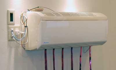 「JEM-A」という昔からある規格のエアコン。ON/OFF状態がスマホで分かります。