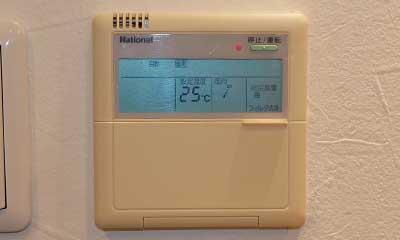 1999年製の業務用エアコンもスマホや音声を使って操作可能!