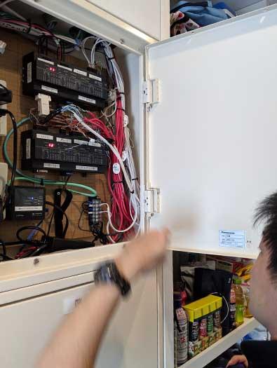 下にあるのは弱電端子盤です。収納の深さは160mm程度の盤がベストです。(パナソニック:BON5617VK9)