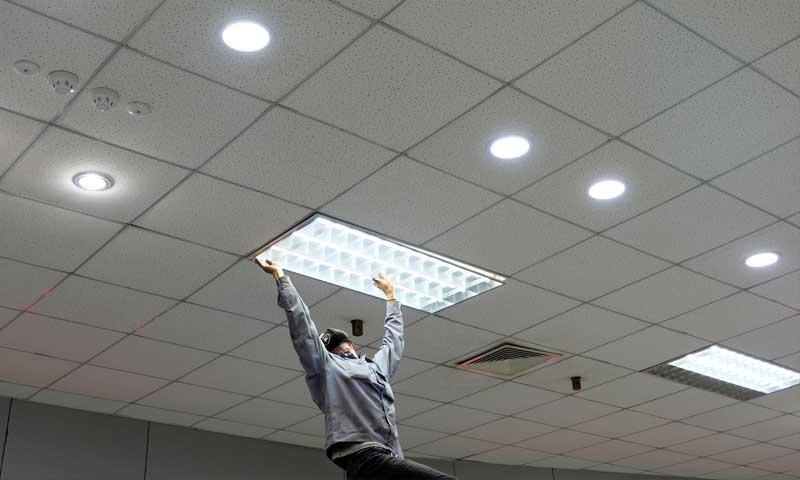 200Vのシステム照明を交換しているグリーンワークス
